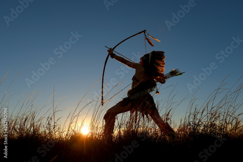 Fotografia A young girl plays the part of a native American Indian girl