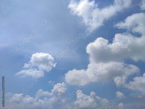 Fotografiet  Blue sky background with clouds