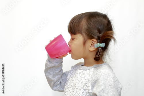 Fotografie, Obraz  飲み物を飲む幼児(4歳児)