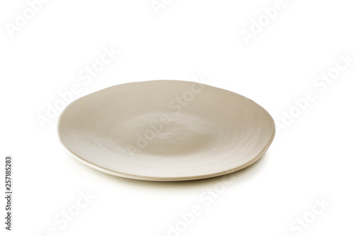 Pinturas sobre lienzo  White ceramic plate isolated on a white background.