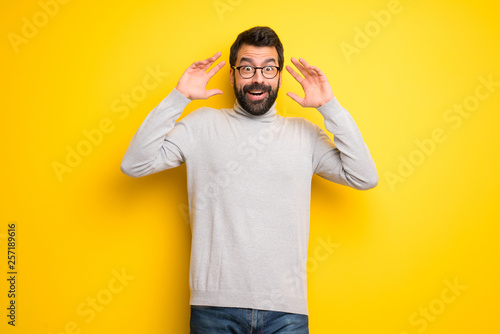 Fotografia Man with beard and turtleneck with surprise and shocked facial expression