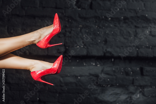 Fotografia  Woman legs in red shoes in the air! Fashion concept!