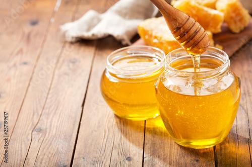 Fotografia jar of honey with honeycombs