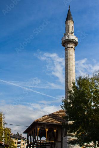 Fotografia  Minaret in the center of Sarajevo. Bosnia and Herzegovina