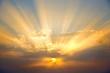 canvas print picture - Sonnenstrahlen am Abendhimmel