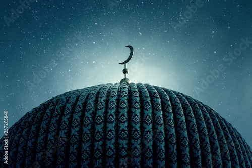Carta da parati Dome of an old Mosque in the Night with stars on the Sky