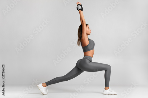 Fitness woman doing lunges exercises for leg muscle workout training Canvas-taulu