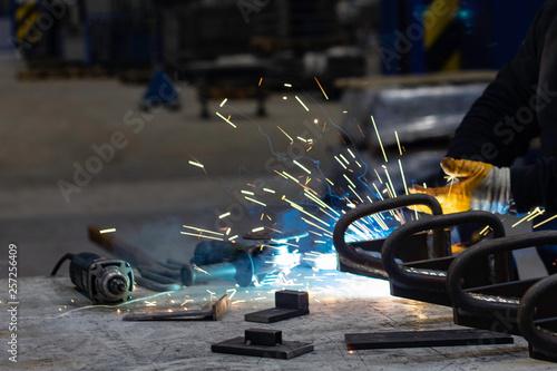 Valokuva  welder and sparks