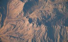 Photo Satellite D'un Désert Avec érosion Et Montagnes