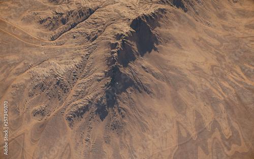 photo aérienne  d'un désert avec l'érosion sur la montagne Wallpaper Mural