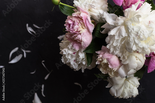 Keuken foto achterwand Bloemen Peonies bouquet on black background
