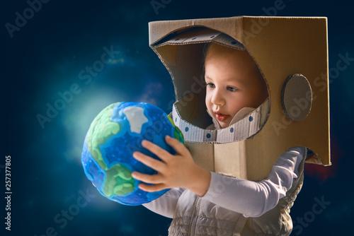 Obraz Kid with globe. - fototapety do salonu