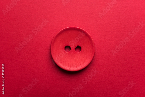 La pose en embrasure Macarons Red button on red background