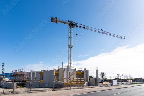 Photo Industrie Baustelle mit Kran und blauer Himmel