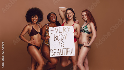 Fotografia Different size females holding a every body is beautiful placard