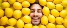 Mann Mit Zitronen, Konzept Für Die Lebensmittelindustrie. Gesicht Des Lachenden Mannes In Der Zitronenoberfläche.