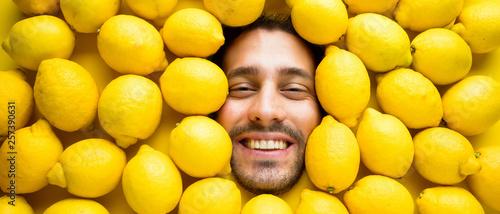Foto Mann mit Zitronen, Konzept für die Lebensmittelindustrie
