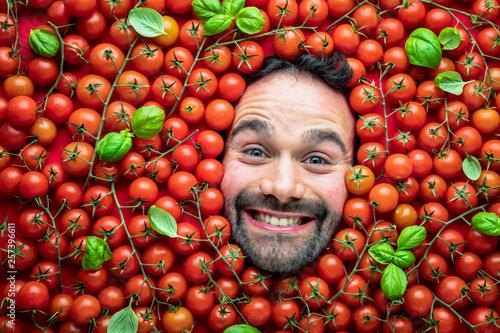 Fotografia Mann mit Tomaten, Konzept für die Lebensmittelindustrie