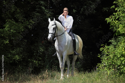 Photo Attractive beauty equestrian girl riding bareback white horse