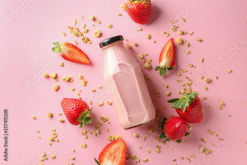 Canvas Print Bottle of strawberry smoothie on color background
