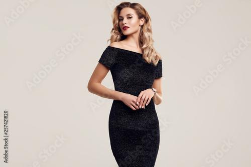 Fotografia Gorgeous elegant sensual blonde woman wearing fashion black dress