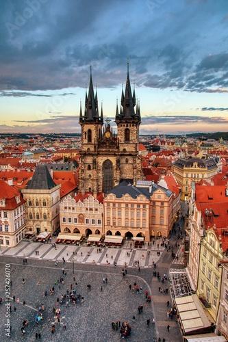 Praga stary rynek i kościół matka bóg przed Tyn w Praga, republika czech.