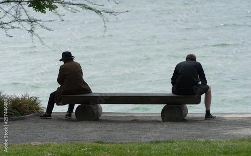 Photo Mann und Frau auf einer Bank am See - von einander abgewandt