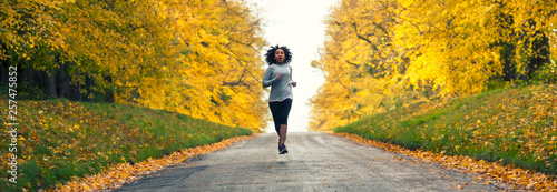 Foto  Mixed Race African American Woman Teenager Fitness Running Panorama