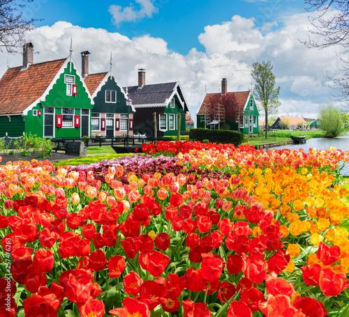Montage in der Fensternische Rot kubanischen old town of Zaanse Schans, Netherlands