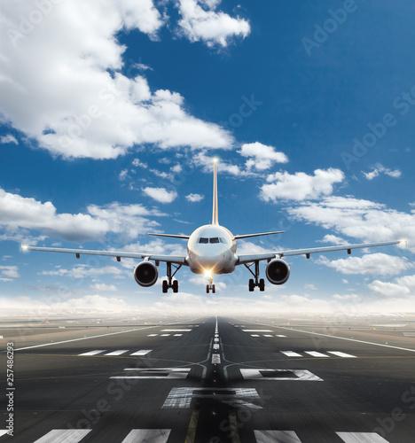 Tuinposter Vliegtuig Commercial jetliner taking of runway