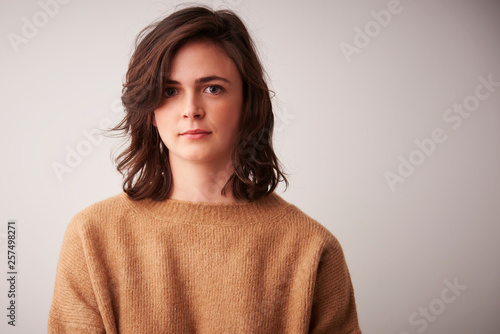 Fotografia  Beautiful smiling young woman isolated portrait
