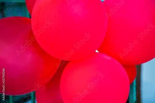 Fotografía  globos rojos puestos para una celebración infantil  al aire libre
