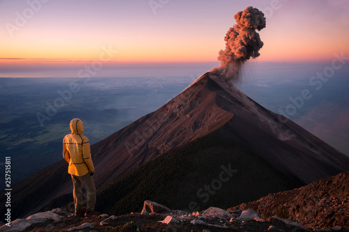 Fotomural Man watching eruption of Fuego Volcano, Guatemala