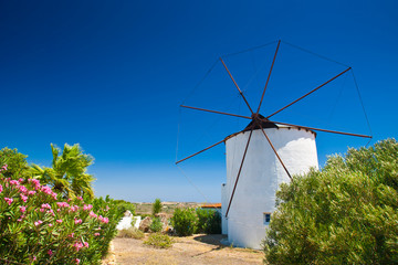 Typowy wiatrak na wyspie Kos, Grecja, Europa