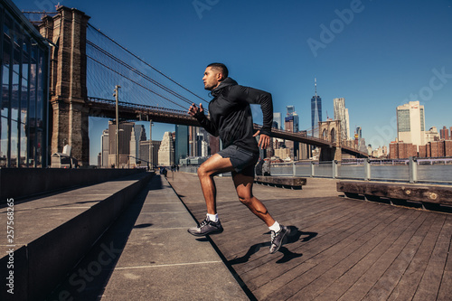 Poster New York Athelte man running in New York City street wearing sport clothes