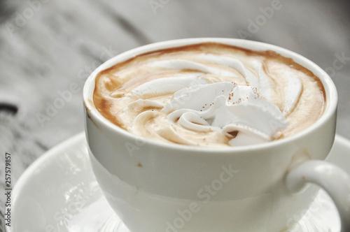 Montage in der Fensternische Schokolade vienna coffee in cup