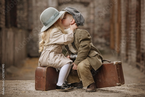 Obraz Romantic meeting of two children in the old town - fototapety do salonu