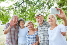 Gruppe Senioren Als Freunde Machen Ein Selfie