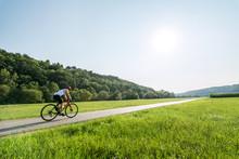 Rennradfahrer Fährt Feldweg Im Frühling Entlang
