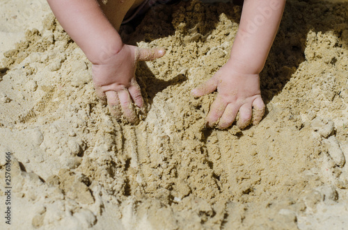 Fotografie, Obraz the child is digging in the sandbox