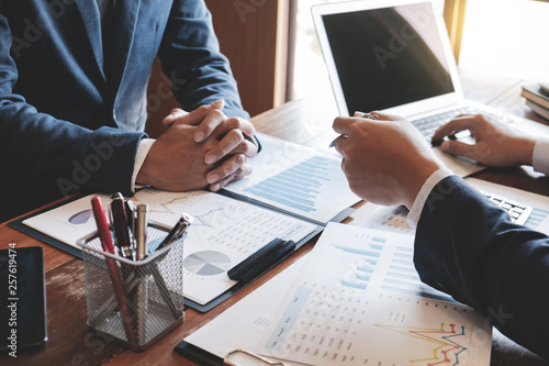 Fotografía  Investment and cooperate concept, business financial inspector analyzing about parformance data in office meeting