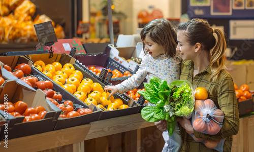Fotomural  Family in the supermarket