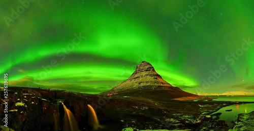 Foto op Plexiglas Groene View of the northern light at night at Kirkjufell Mountain in Iceland.