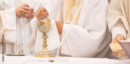 Fotografia Priest' hands during a wedding ceremony/nuptial mass (shallow DOF; color toned i