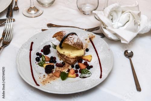 Fotografie, Obraz  dolce di pasta sfrolla con crema e more fresche