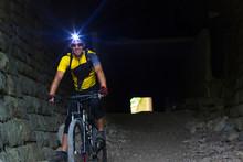 Croatien, Istria, Parenzana Biketrail, Mountainbiker Wearing Headlamp In Tunnel