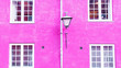 Leinwanddruck Bild - Fuchsia color wall, street lantern and four windows. 16:9