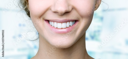 Foto  Beautiful wide smile of young fresh woman with great healthy white teeth