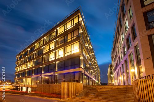 Fotografia Modern office building in the evening