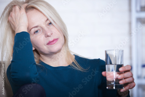 Fotografía  Woman drinking alcoholic concept of social problems sitting at home in a depressed state